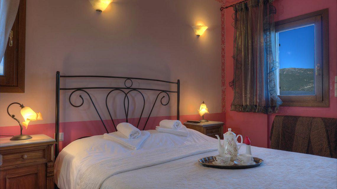 Δίκλινο δωμάτιο με διπλό κρεβάτι