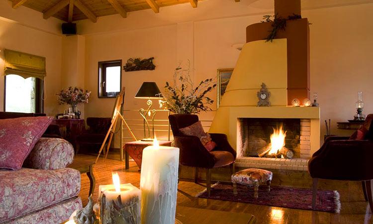 τζάκι στο ξενοδοχείο finday eco boutique hotel kalavrita
