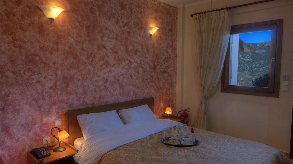 διπλό κρεβάτι σε δίκλινο δωμάτιο